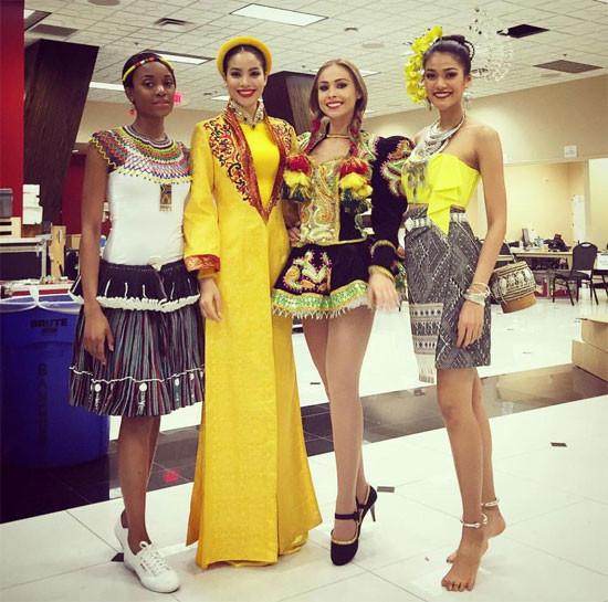 Phạm Hương đã mặc những gì trong 8 vali tại Miss Universe?